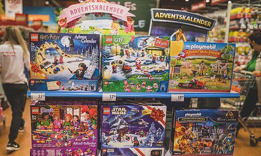 Auch im vorweihnachtlichen Lockdown wollen manche Supermarktketten Waren wie Spielzeug anbieten