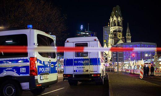 Polizei raeumt Weihnachtsmarkt an Berliner Gedaechtniskirche
