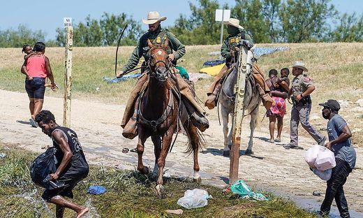 Berittene US-Grenzschützer gehen in Texas auf haitianische Flüchtlinge los