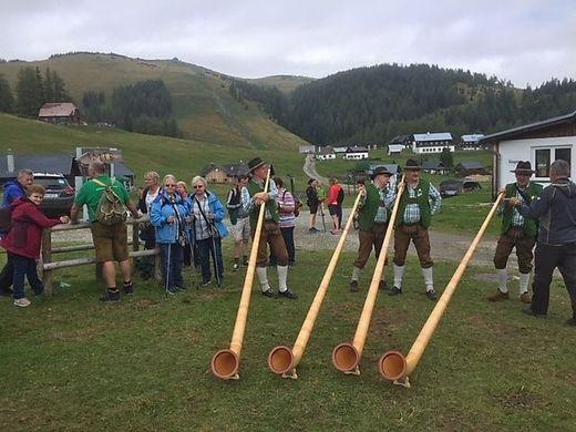 Beim Almfest waren auch vier Musiker mit Alphörnern mit dabei