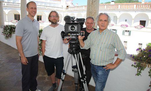 Maximilian Herberstein (li) und Regisseur Alfred Ninaus (re) mit dem Kamerateam