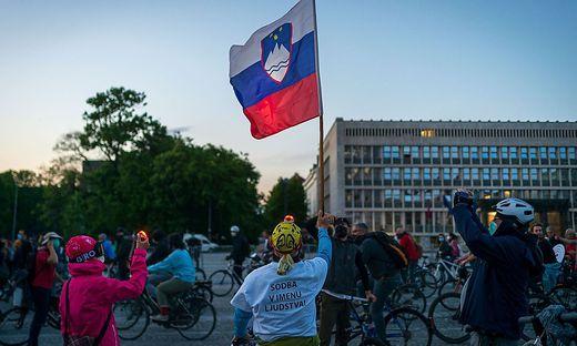 Die erste Großdemo nach monatelanger Pause wurde von denselben Gruppen organisiert, die seit einem Jahr bei den wöchentlichen Fahrraddemos gegen die Jansa-Regierung protestieren