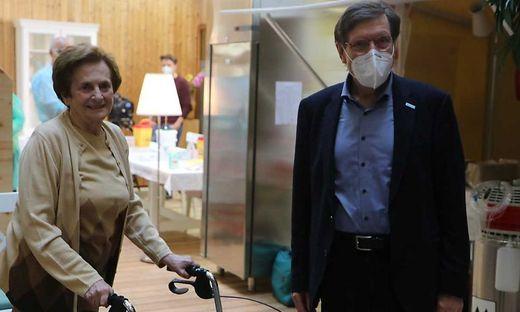 Hedwig Melcher und Hubert Stotter, Rektor der Diakonie de La Tour beim Impfstart im Pflegeheim Maria Gail