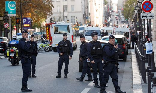 Angriff auf Pariser Polizei: Fünf Festnahmen