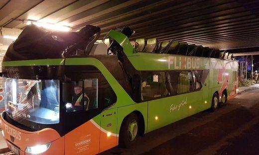 Komplettes Dach von Flixbus an Bahnbrücke abgerissen