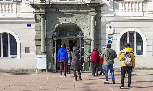 Mit Sicherheitsabstand warten aufs Wählen: Vor dem Rathaus in Klagenfurt