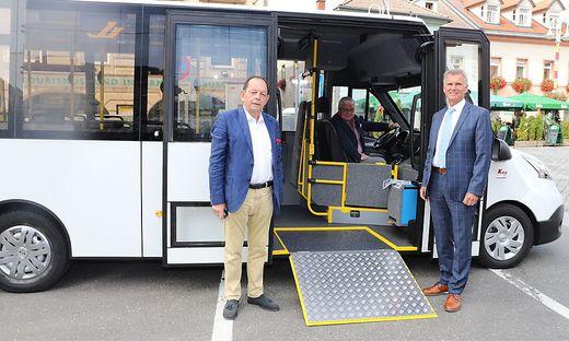 Stefan Kutsenits vom Hersteller ´KBus´, Judenburgs Bürgermeister Hannes Dolleschall und  präsentieren Postbus-Geschäftsführer Thomas Duschek bei der Präsentation des neuen E-Busses