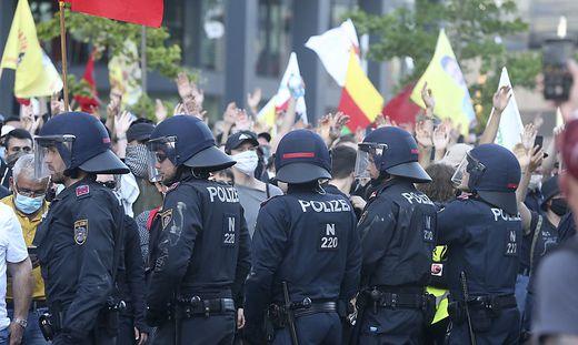 Die Polizei versuchte, die beiden Gruppen auseinanderzuhalten