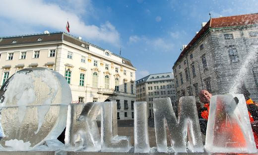 AUT, WWF Aktion Eiskunstdenkmal vor Bundeskanzleramt