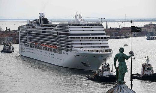 Alltägliches Bild: Riesige Kreuzfahrtschiffe im Giudecca-Kanal