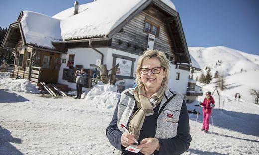 """Andrea Riedel vor ihrer """"Rosstråttn"""". Die legendäre Dobratsch-Wirtin nimmt nur noch bis Ende März die Bestellungen auf"""