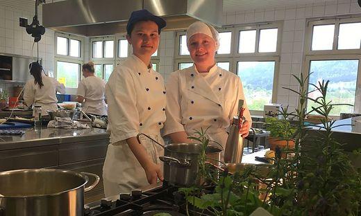 Elena Baumgartner und Katja Baresic unterstützten in der Küche