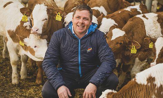 Josef Fradler (40) und seine Stierkälber, die sich trotz großem Platzangebot neugierig um ihn scharen