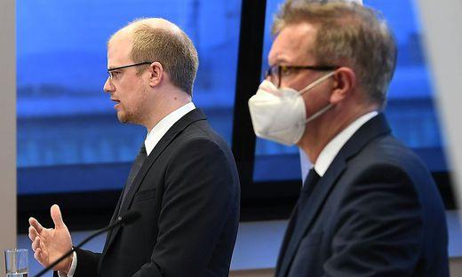 Molekarmediziner Andreas Bergthaler (links) informierten heute gemeinsam mit Gesundheitsminister Rudolf Anschober über die    Ausbreitung der neuen Variante des Covid-Virus