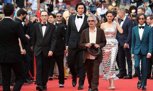 Die Stars am Red Carpet:  Ron Mael, US-Schauspieler Adam Driver, Regisseur Leos Carax, Schauspielerin Marion Cotillard und US-Schauspieler Simon Helberg