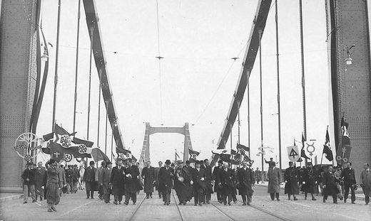 Eines der großen Projekte in der Krisenzeit: Die Reichsbrücke in Wien wurde am 10. Oktober 1937 mit einem Staatsakt eröffnet