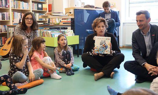 Landesrätin Ursula Lackner (2. v. r.) und Bürgermeister Jochen Jance (r.) haben in der Bücherei in St. Barbara-Wartberg vorgelesen