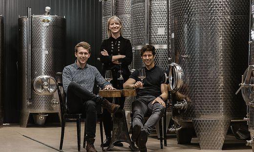 Peter Kargl, Beate Offenbacher und David Kargl im hauseigenen Mostkeller, wo Apfelwein für den weltbesten Cider vergärt und reift