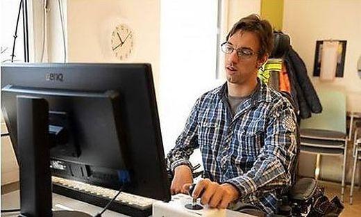 """Christian Fast, der im Forschungsbüro der Lebenshilfe arbeitet, sagt: """"Ich bin viel selbstständiger seit ich ein Mobiltelefon hab"""