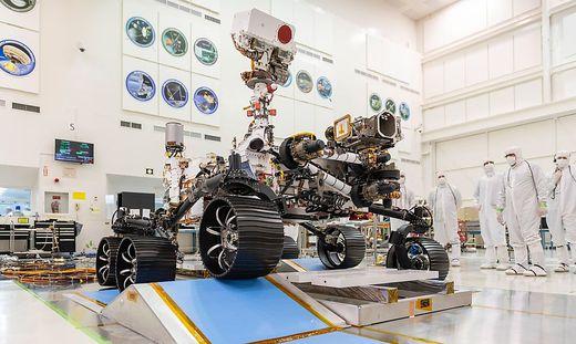 """""""Perseverance"""", der Mars-Rover der Nasa, bei einem Test in einem Labor in Pasadena, Kalifornien, im Dezember 2019"""