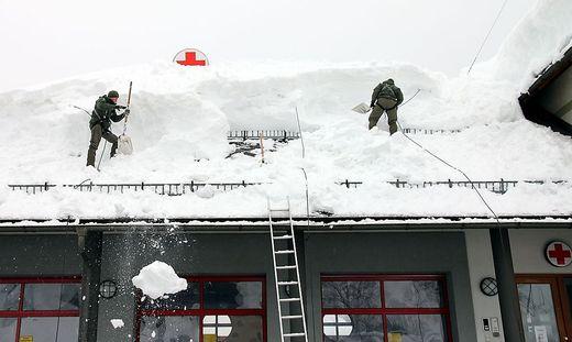Kärntner Soldaten schaufeln Dach ab