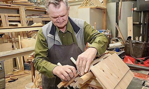 Rudolf Truskaller (69) ist seit einem schweren Unfall vor 40 Jahren blind, dennoch baut er aufwändige Vogelhäuschen