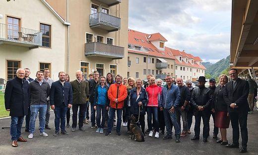 Die Bewohner freuen sich gemeinsam mit den Ehrengästen über die 51 Wohneinheiten