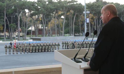 Erdogan bei seiner Rede bei der aserbaidschanischen Siegesparade