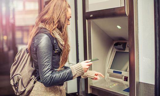 Wer beim Geldabheben sein Konto überzieht, zahlt kräftig drauf