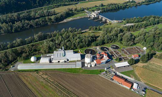 Rund 17 Millionen Euro wurden bisher in die Naturgasanlage in Straß investiert (die hellen Gebäude links im Bild)