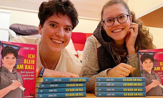 Jenny Ertl (links) und Schwester Conny präsentieren stolz die Exemplare