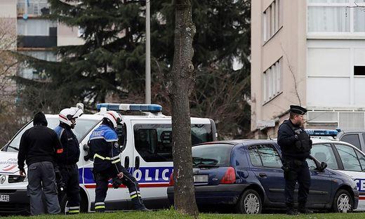 Die Polizei am Wohnort des Angreifers