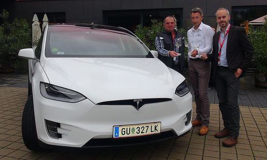 Auf die gelungene Tesla Silence Rallye 2017 stoßen (v.l.n.r.) Rallyeteilnehmer Florian Lugitsch, Peter Keller (Vinofaktur) und Rallye-Organisator Bernd Donner an