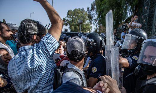 Die Polizei riegelte in Tunis das Parlamentsgebäude ab