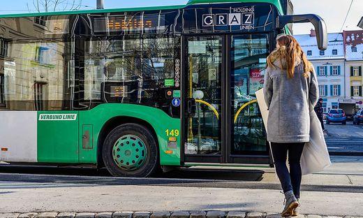 Passagier vor Bus.
