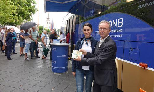 Iris Groissenberger und Valentin Schoier von der Österreichischen Nationalbank mit den neuen Euro-Scheinen