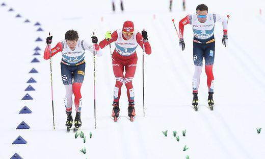 Der Moment, als Johannes Klaebo (links) Alexander Bolschunow überholt hat - der Stock des Russen ist da bereits gebrochen