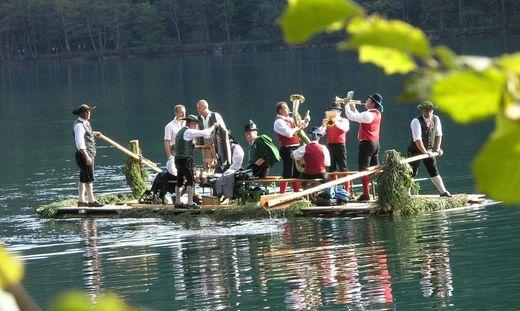 Volkskultur in wunderschöner Umgebung - hier auf dem Leopoldsteiner See