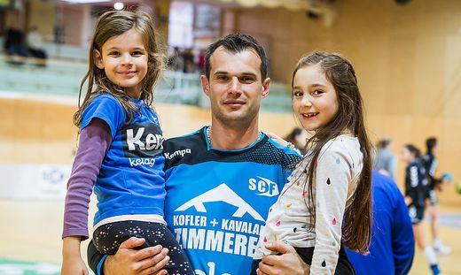 Miro Barisic mit seinen Töchtern
