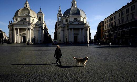 Die verlassene Piazza del Popolo im Herzen von Rom.