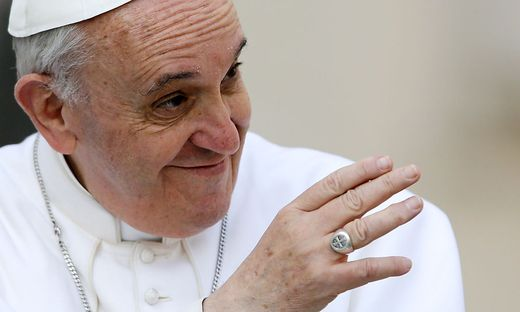 Papst zieht hand weg