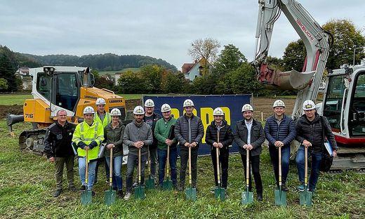Die politischen Vertreter der Gemeinde mit Bauplanungsteam und den beteiligten Baufirmen