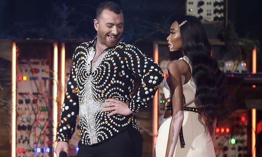 Sam Smith auf der Bühne mit Model Winnie Harlow
