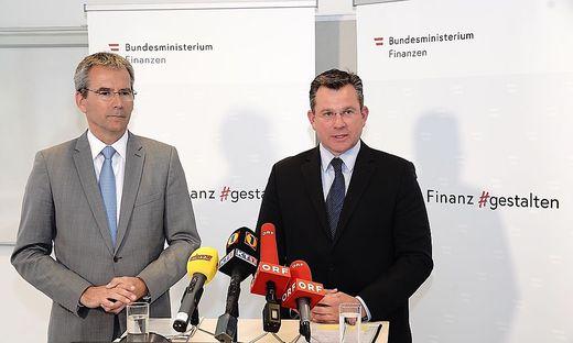 Finanzminister Hartwig Löger (links) und Hans-Georg Kramer Regionalmanager der kärntner Finanzämter