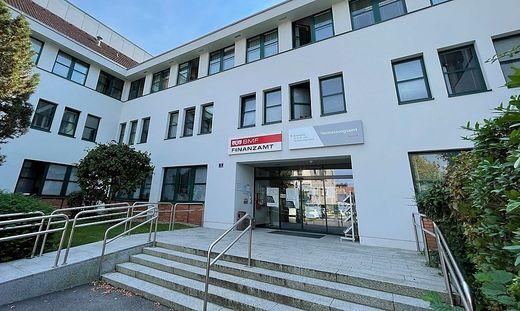 Vor dem Eingang des Finanzamts in Feldbach könnte bald ein Briefkasten stehen