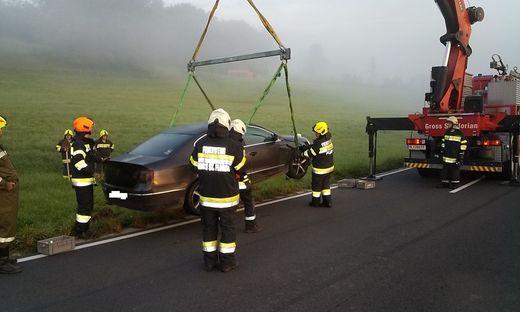 Das Auto musste mit einem Kran geborgen werden