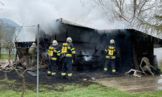 Mit Atemschutz bekämpften die Feuerwehrleute den Brand