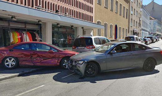 Mit BMW parkendes Auto in Auslage geschoben