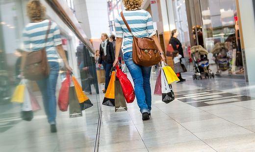 Einkaufen wie diese Dame ist derzeit unmöglich, aber viele Betriebe bieten Online-Alternativen an