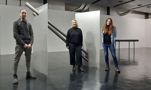 "Markus Wilfling, Ursula Horvath und Elisabeth Gschiel vor Wilflings Werk ""Partikal"""